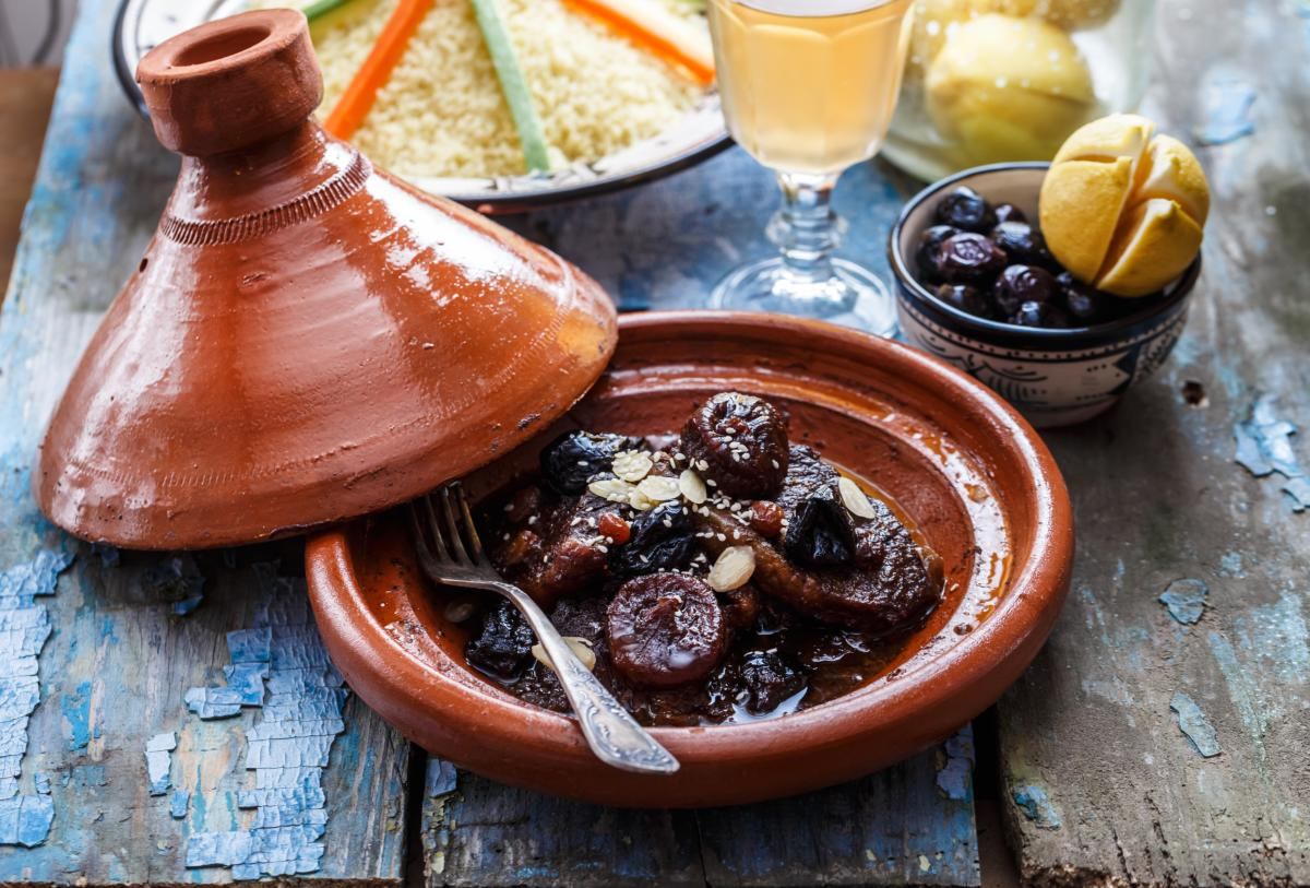 Boeuf cuit aux pruneaux, figues, raisins secs et amandes dans un tajine marocain