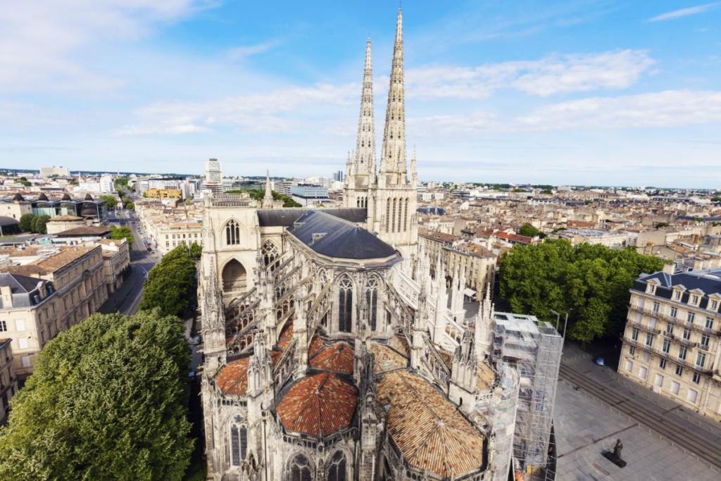 Cathédrale Saint André sur la place Pey-Berland à Bordeaux
