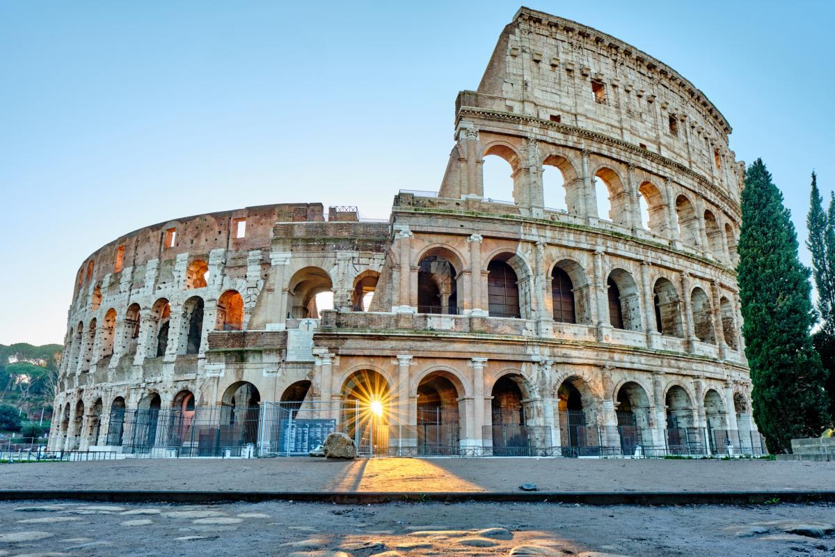 Colisée au lever du soleil à Rome