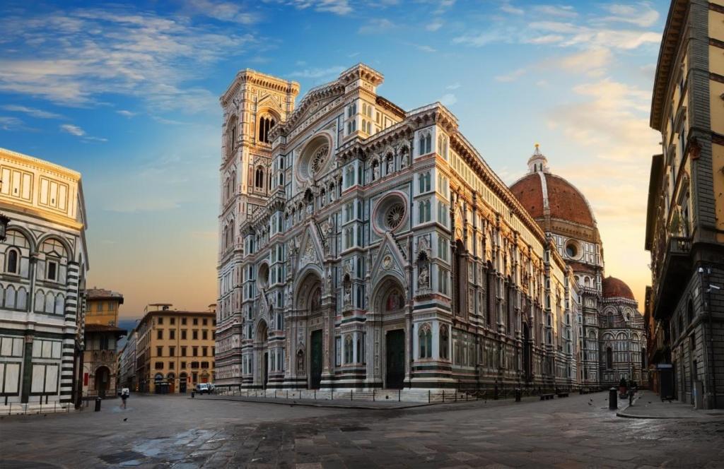 Façade de la célèbre basilique de Florence au lever du soleil