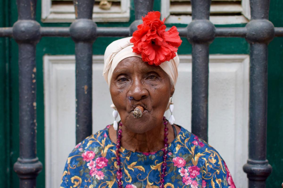 Femme cubaine fumant du cigare dans les rues de la vieille Havane