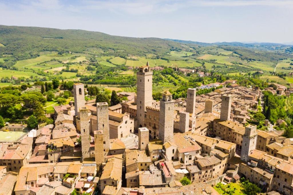 La ville de San Gimignano avec ses tours en Toscane
