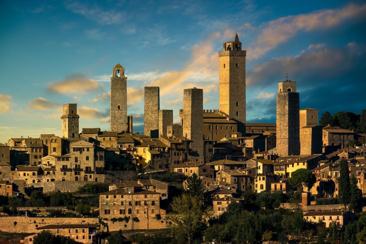 La ville médiévale de San Gimignano avec ses tours et ses toits
