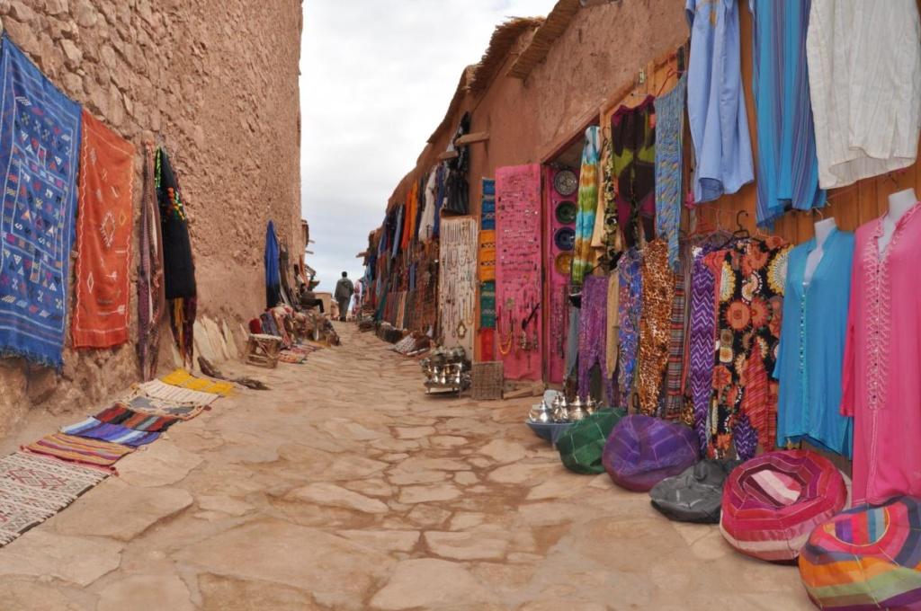 Le Maroc en couleur, une rue de Aït Benhaddou