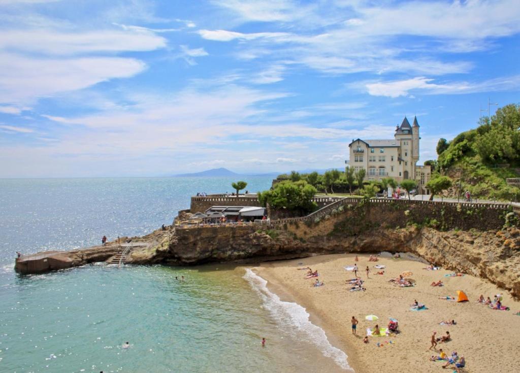 Plage de Biarritz et les falaises rocheusesPlage de Biarritz et les falaises rocheuses