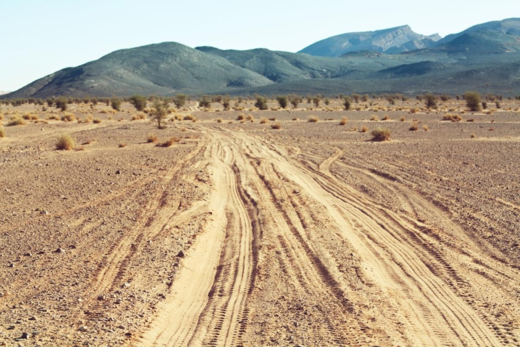 Route sableuse dans le désert au Maroc