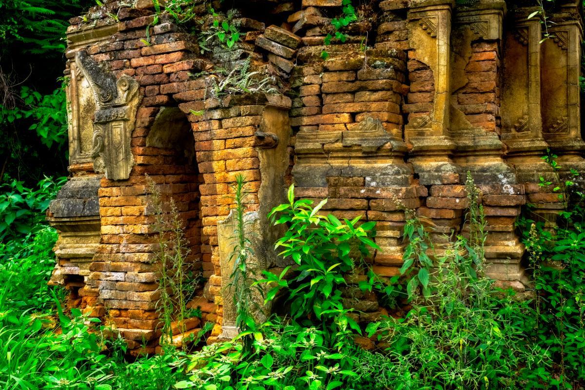 Ruines de l'ancien temple bouddhiste dans la forêt, Myanmar
