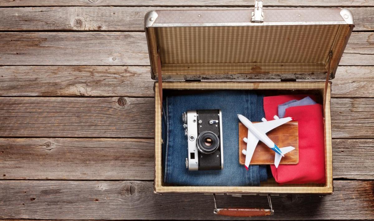 Valise, appareil photo, vêtements et accessoires de voyage