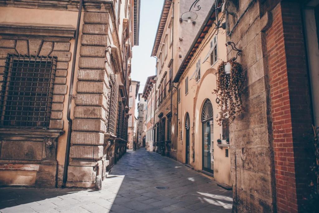 Vieilles rues étroites vides dans la petite vieille ville de Lucques en Italie
