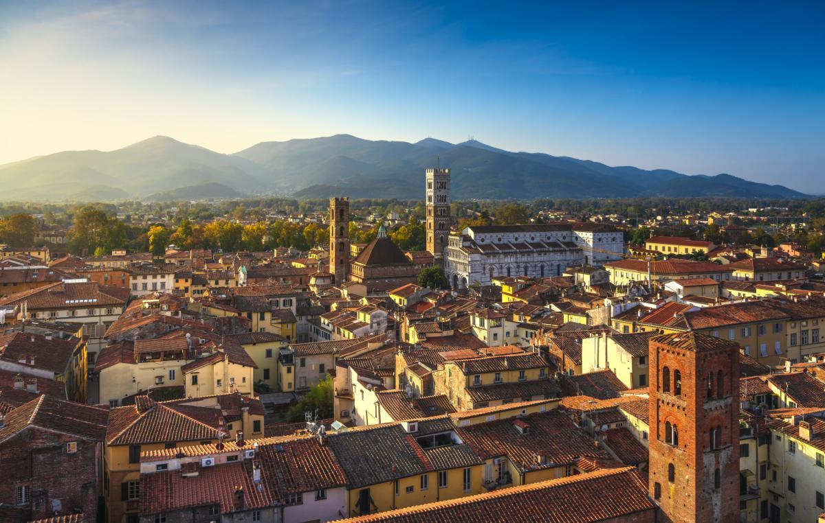 Vue aérienne panoramique de la ville de Lucques et de la cathédrale San Martino au coucher du soleil, Toscane, Italie