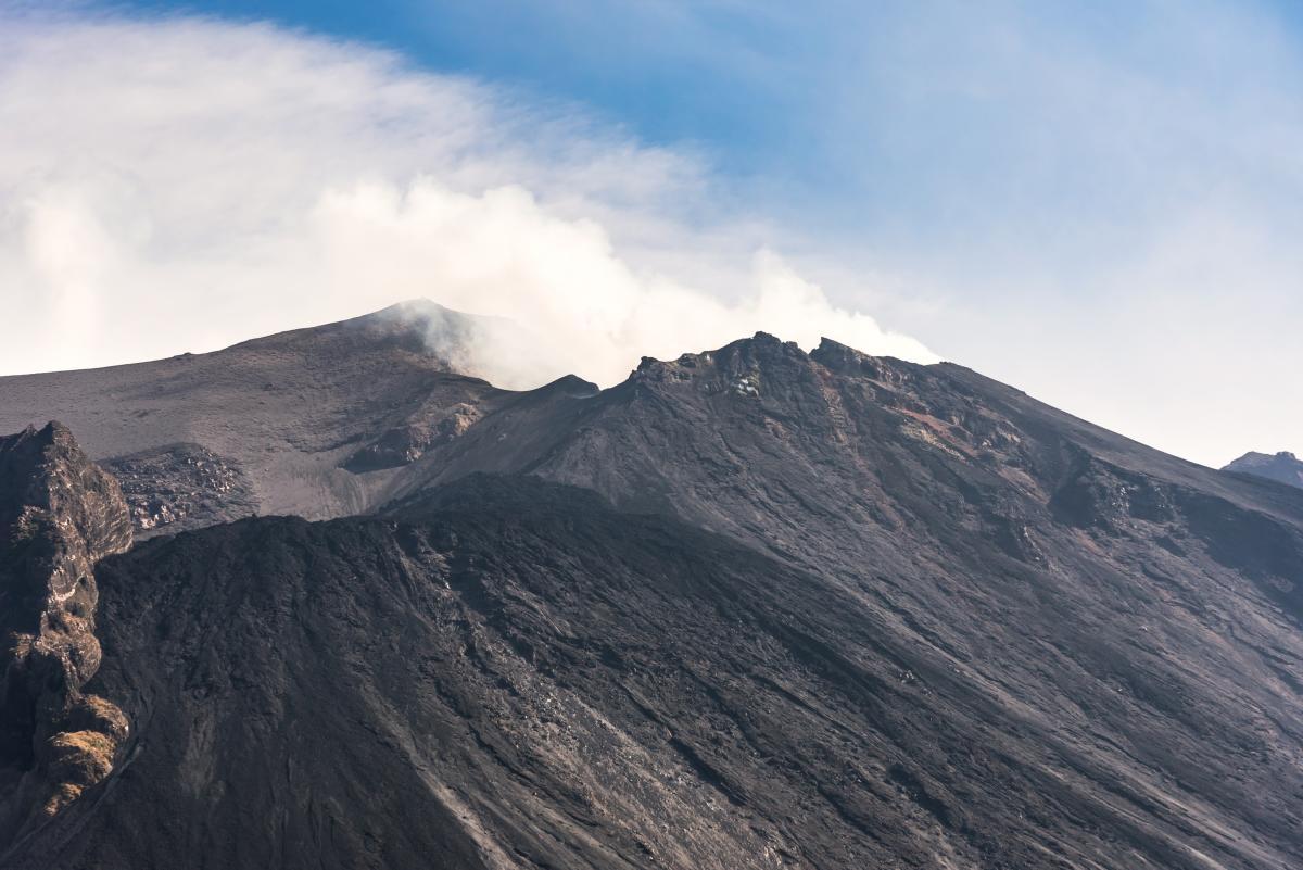 Gros plan du cratère du volcan Stromboli en éruption continue, Îles Éoliennes, Italie