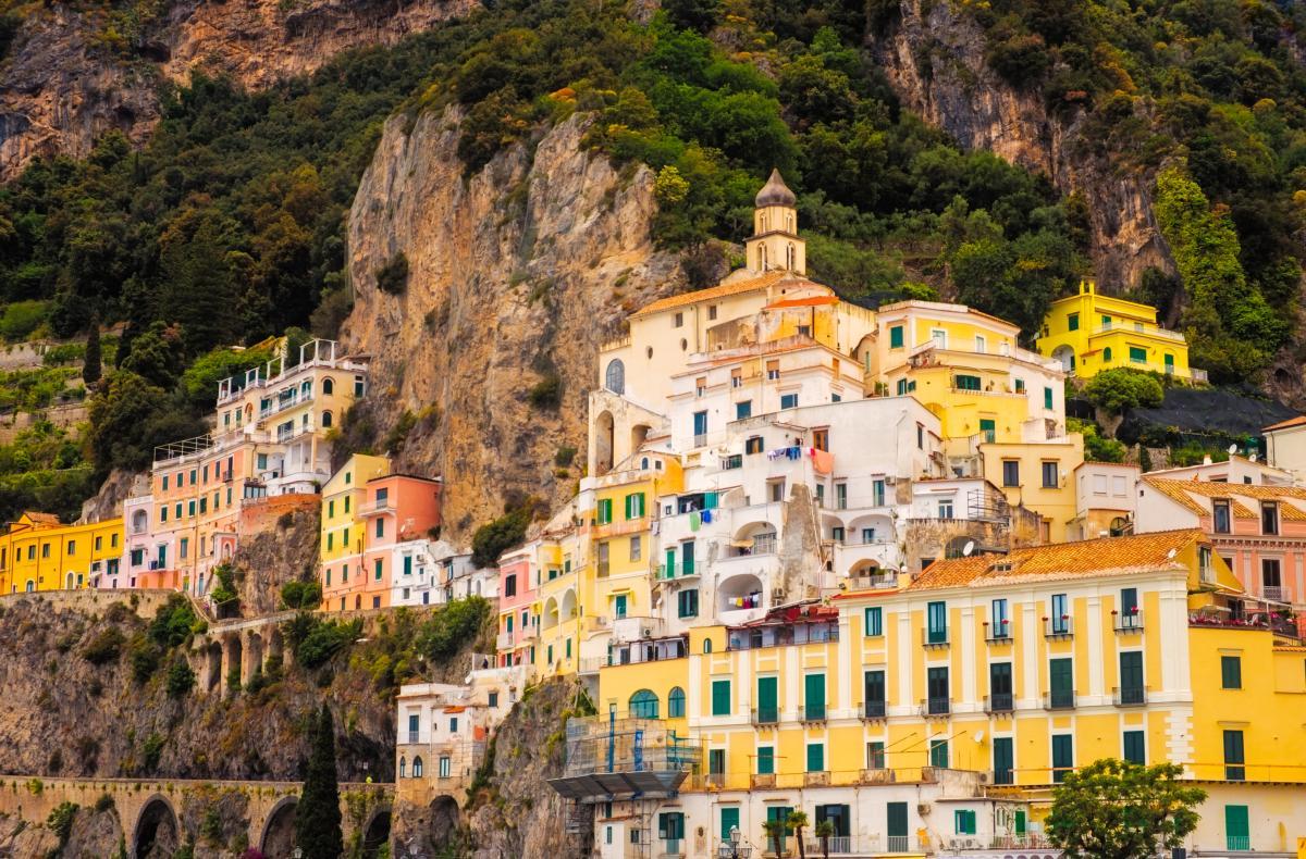 Vue panoramique de maisons colorées dans la ville d'Amalfi