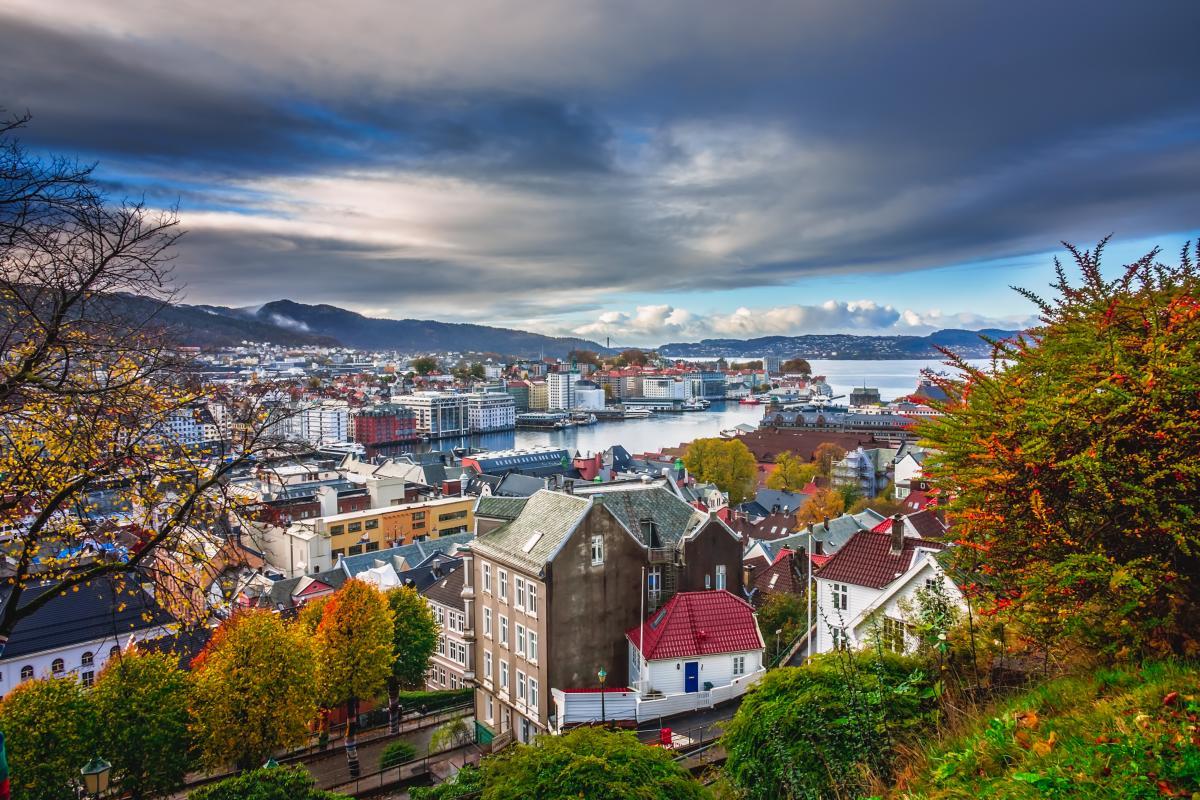 Vue sur la belle baie de Bergen en automne